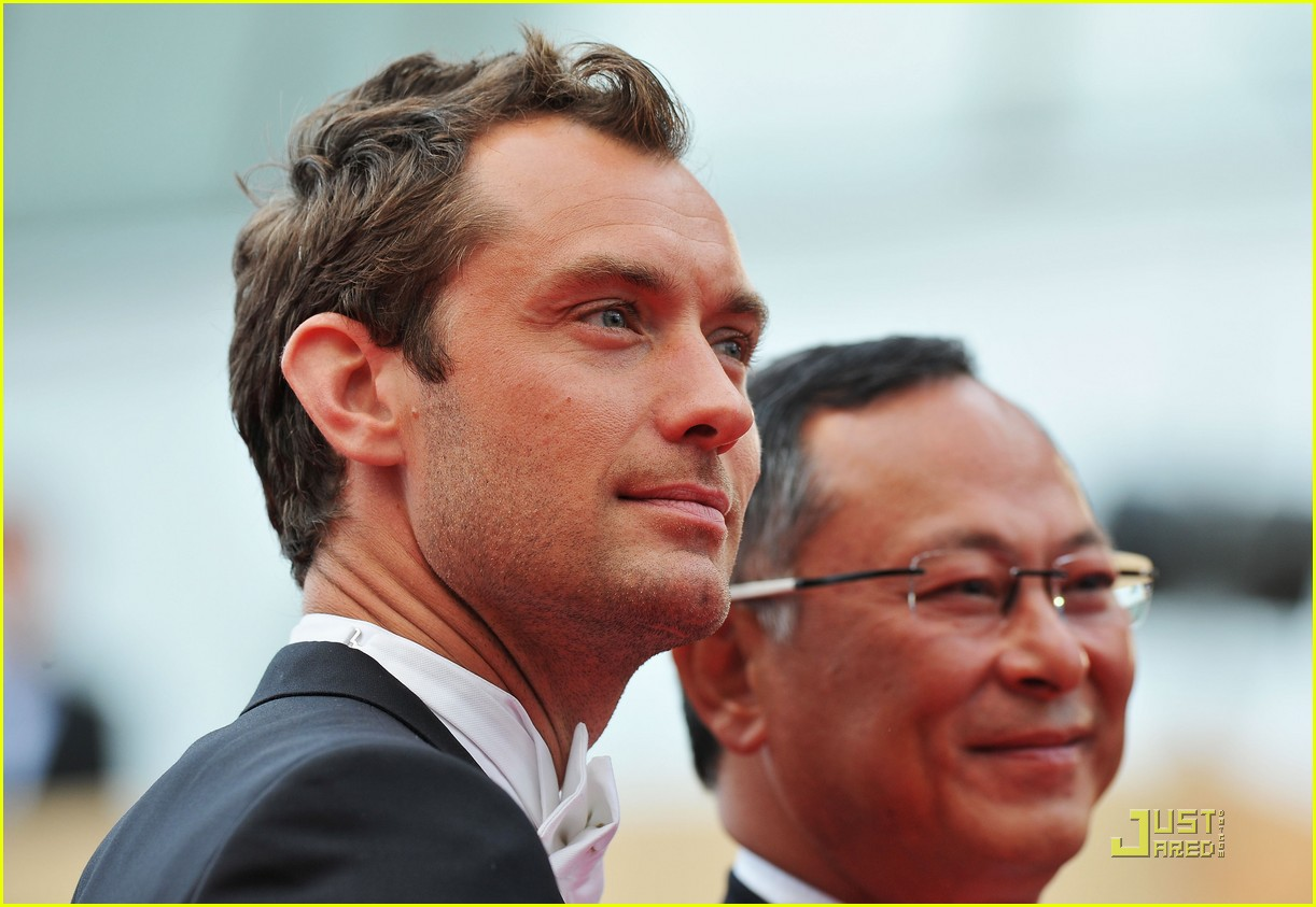 jude law cannes opening ceremony with uma thurman 09