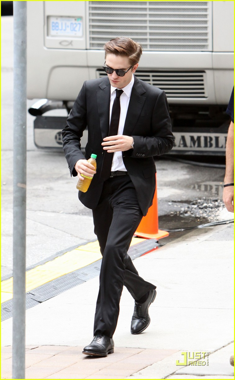 robert pattinson on set of cosmopolis 03