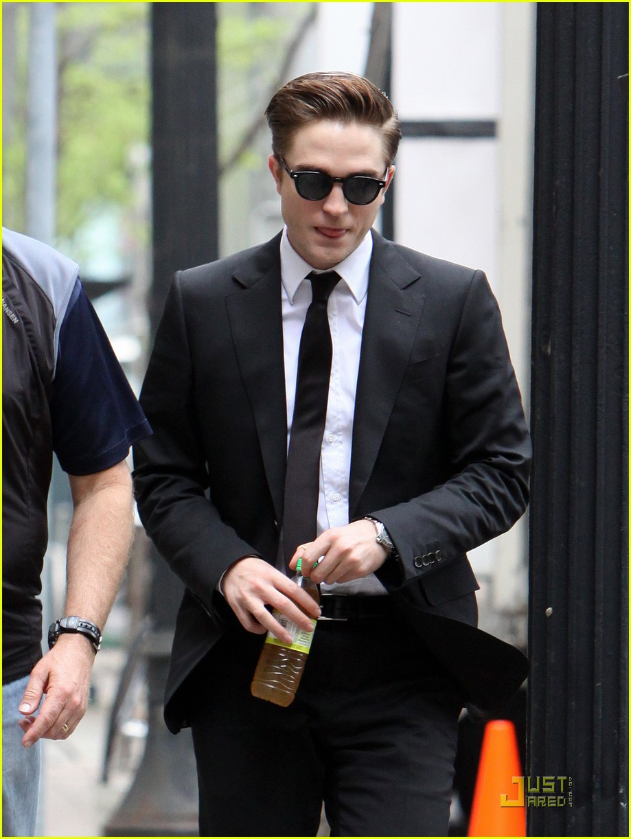 robert pattinson on set of cosmopolis 04
