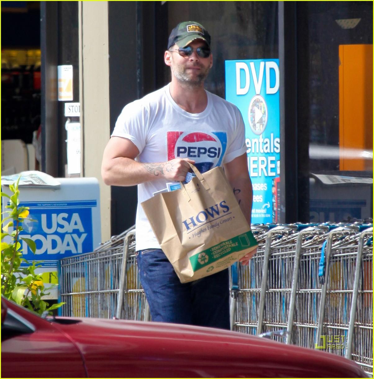 seann william scott pepsi shirt grocery store 03