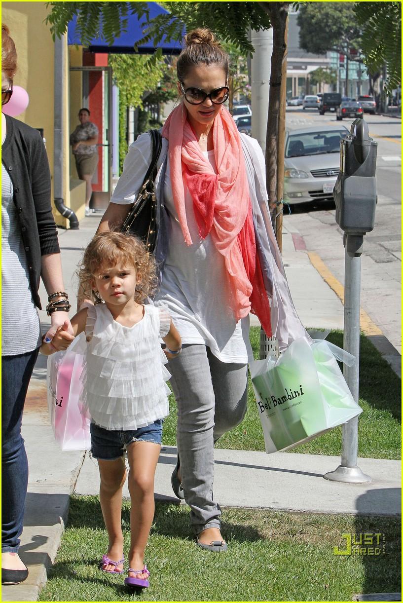 jessica alba shops bel bambini 07