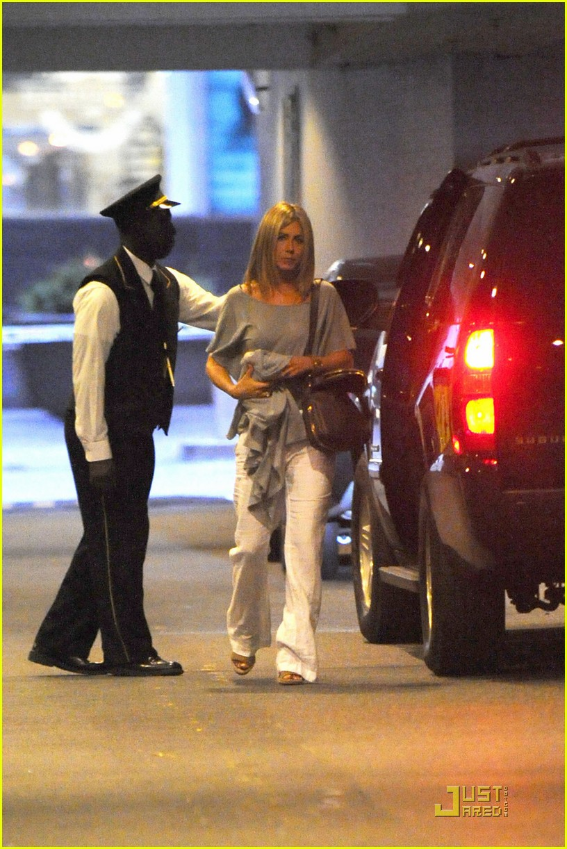 jennifer aniston waldorf astoria arrival with justin theroux 01