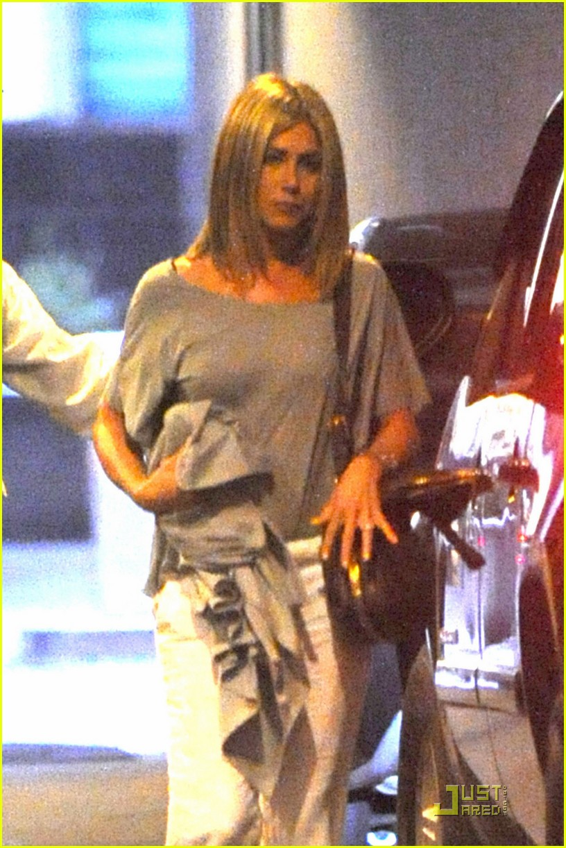 jennifer aniston waldorf astoria arrival with justin theroux 02