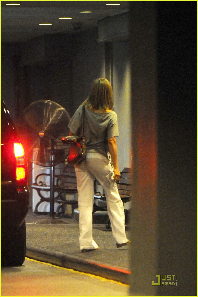 jennifer aniston waldorf astoria arrival with justin theroux 10