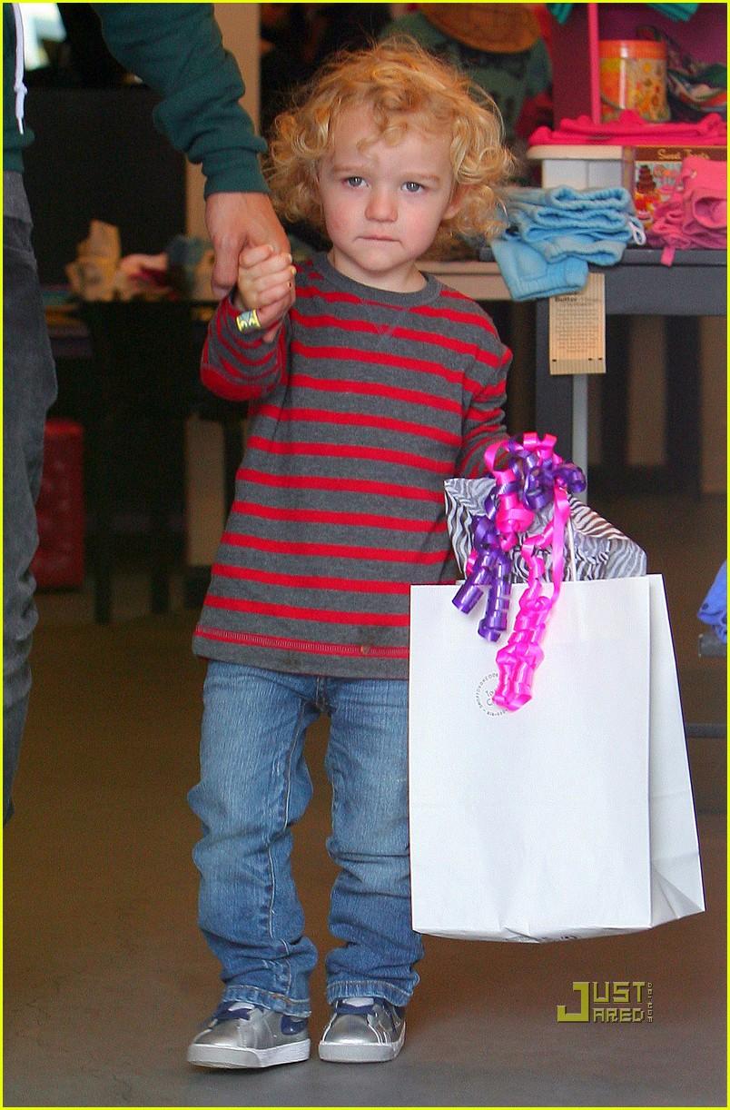 ashlee simpson pete wentz bronx toy store 02
