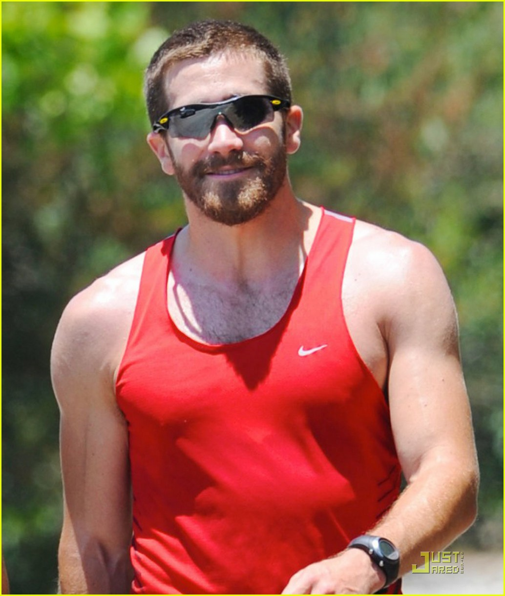 jake gyllenhaal jogging with michael pena 03