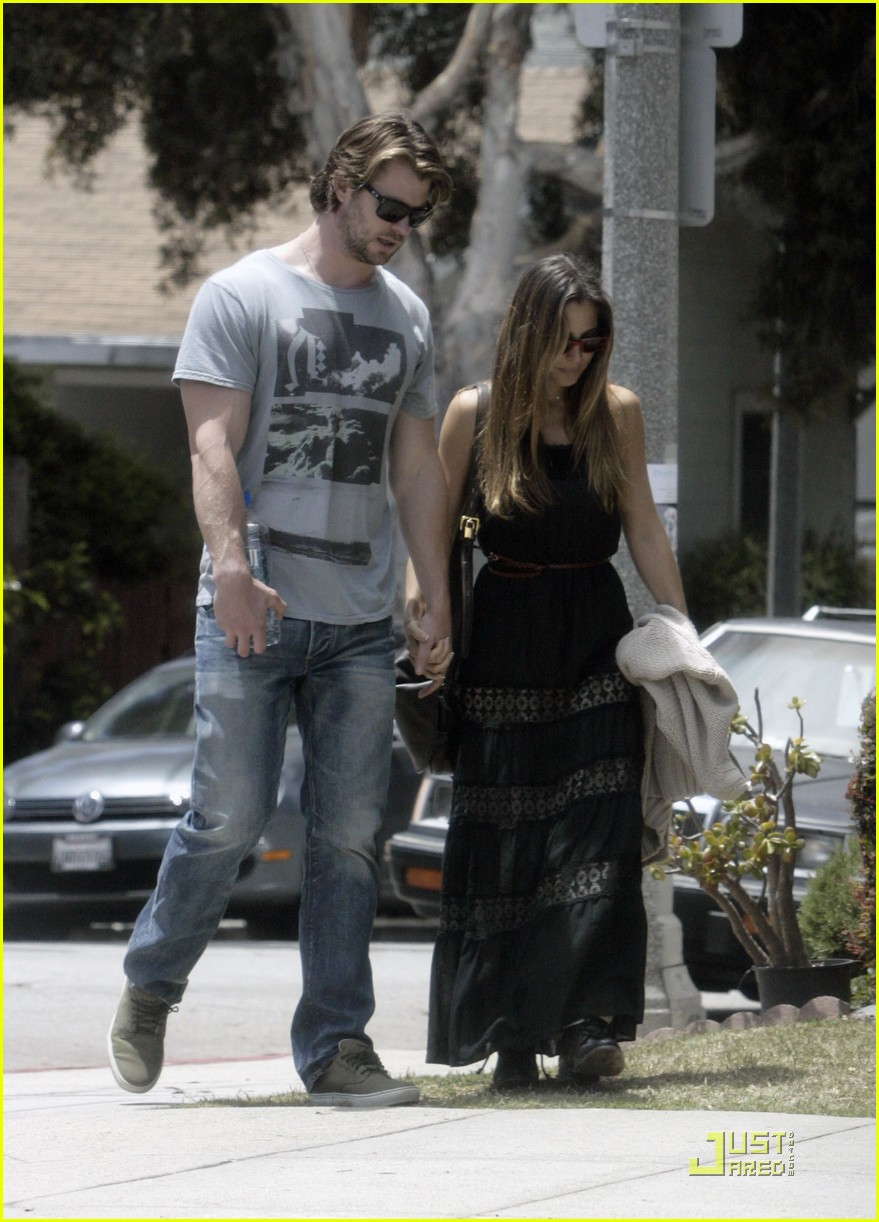 chris hemsworth elsa pataky walk 02