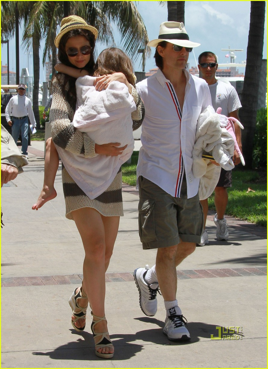 katie holmes tom suri family day coffee 11