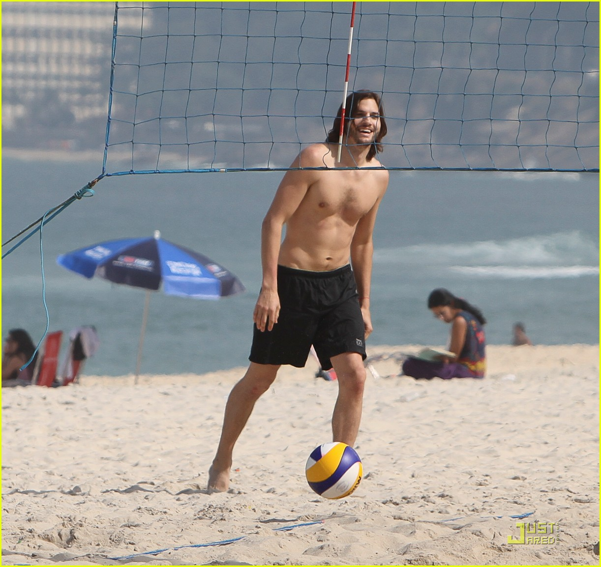 ashton kutcher beach volleyball 02