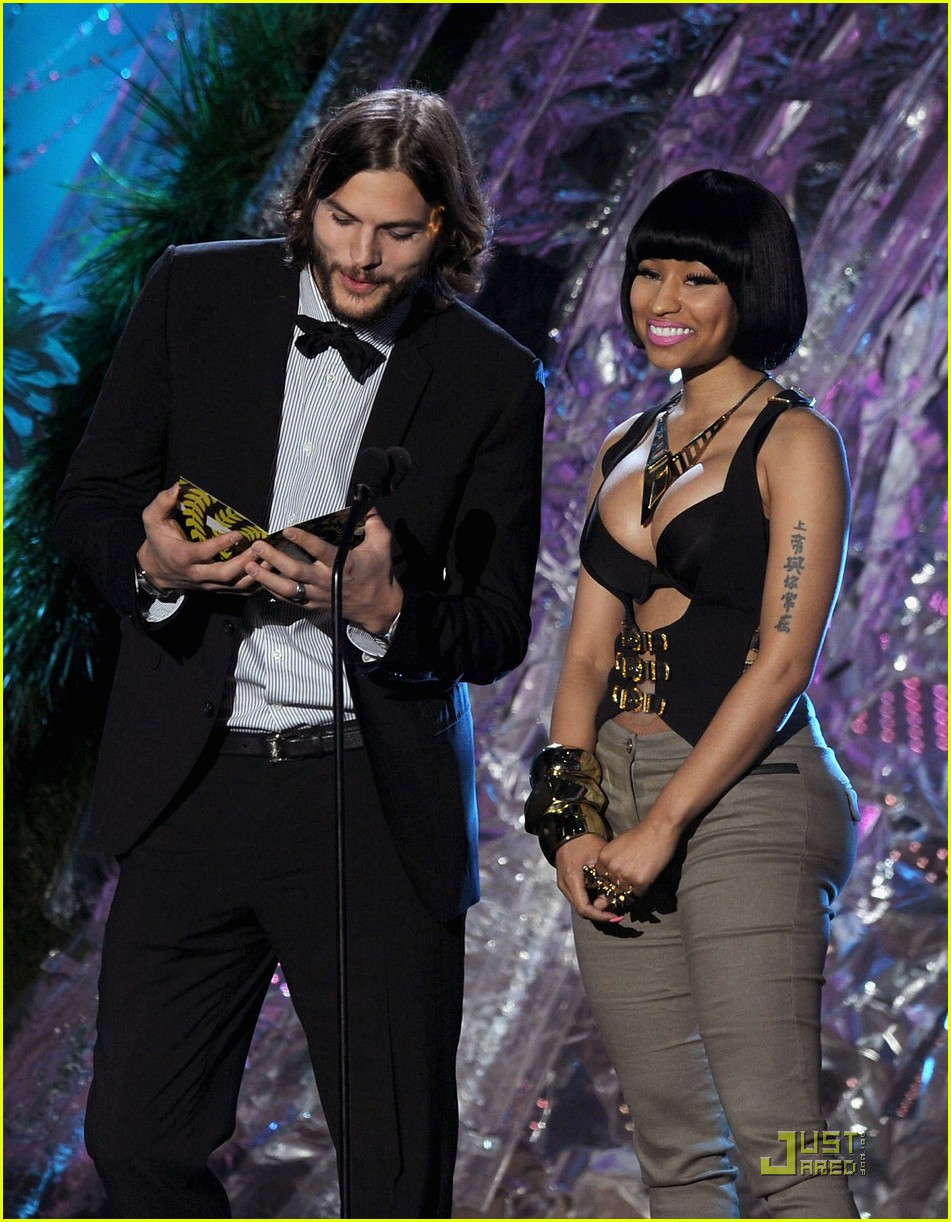 nicki minaj mtv movie awards with ashton kutcher 03