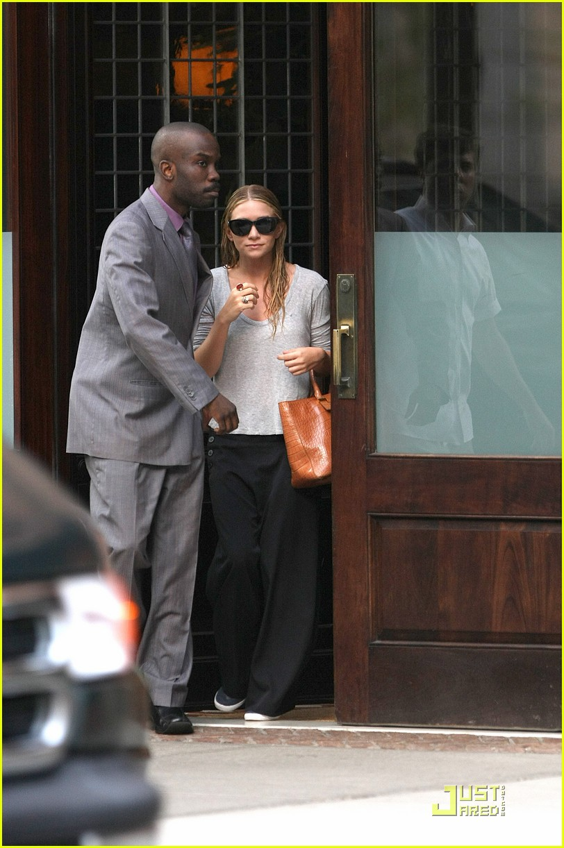 mary kate ashley olsen busy day in new york 09