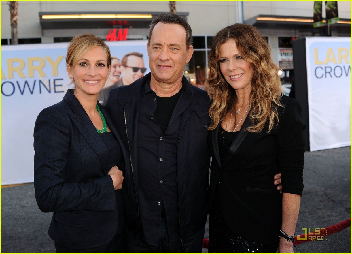 julia roberts larry crowne premiere with tom hanks 03