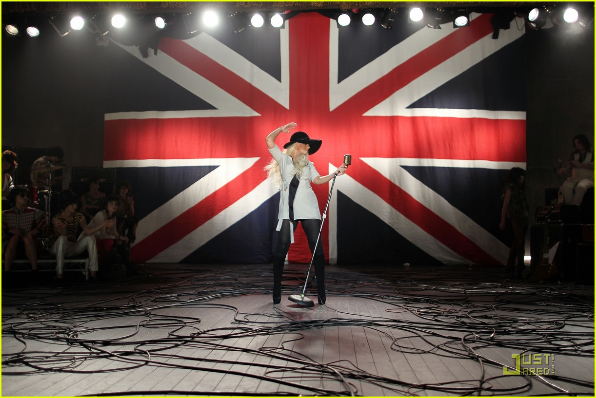 christina aguilera moves like jagger video shoot with adam levine 18