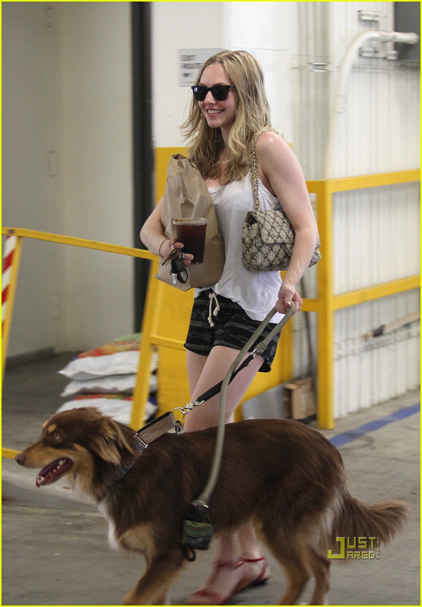 amanda seyfried finn walk coffee 01