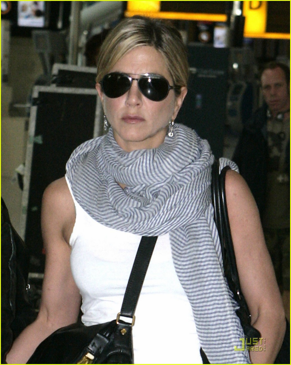 jennifer aniston justin theroux heathrow 03