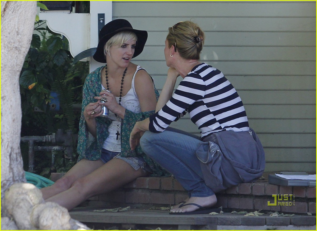 ashlee simpson school pickup 03