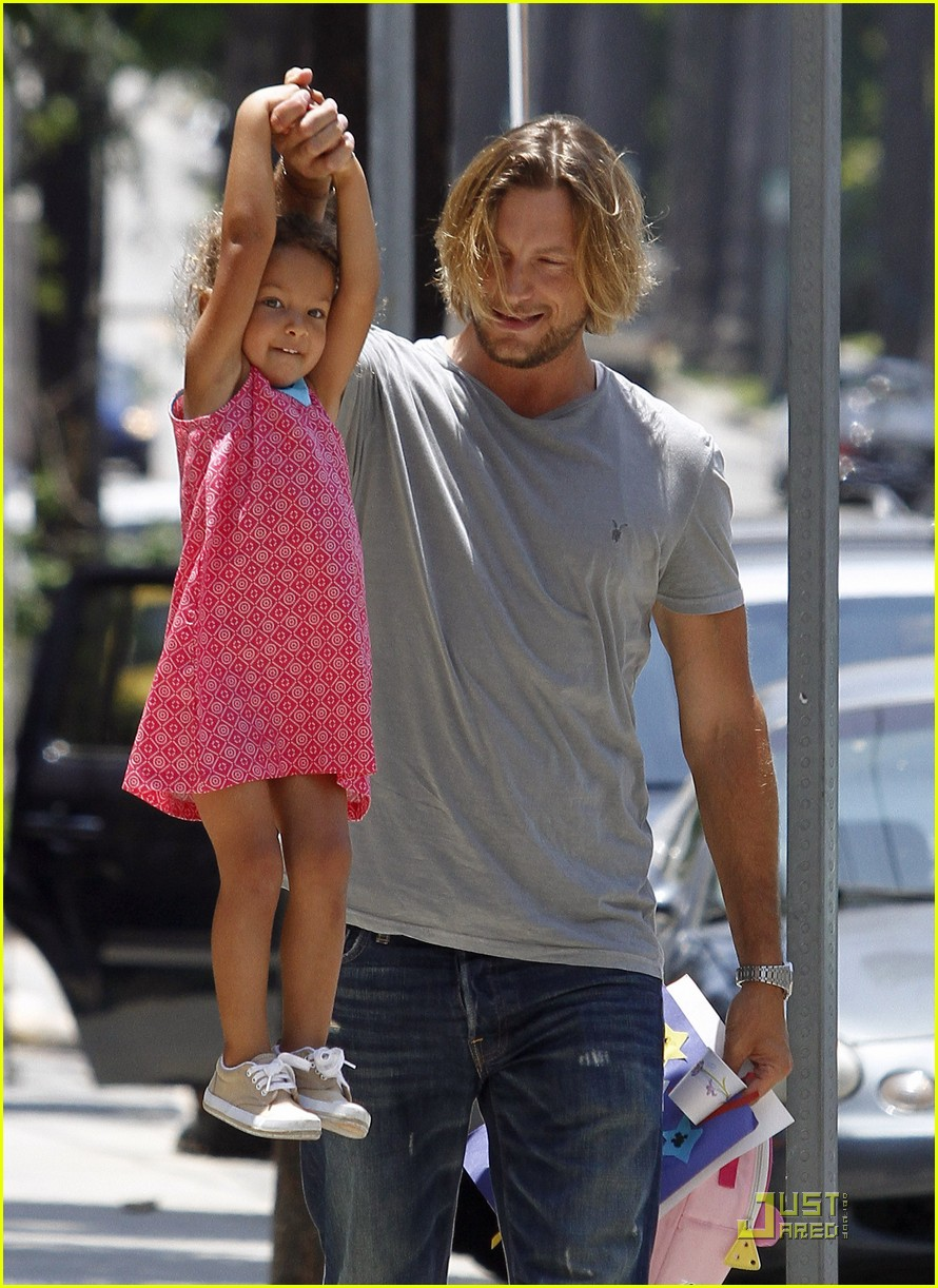gabriel aubry gives nahla a lift 02