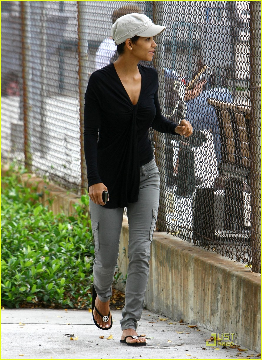 halle berry olivier martinez picnic lovers 03