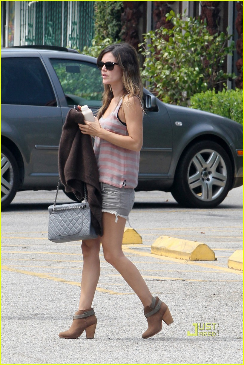 rachel bilson on set trailer 03