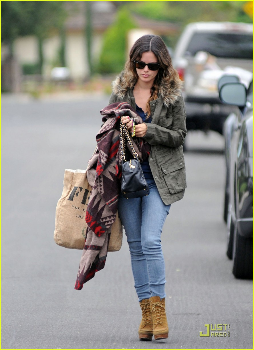 rachel bilson keeps warm on set 01