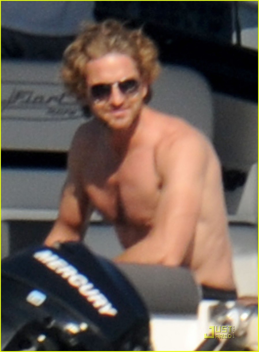 gerard butler shirtless boat ride in ischia 04