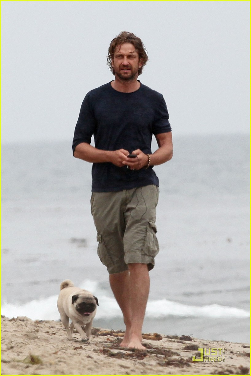 gerard butler strolls the beach with lolita 09
