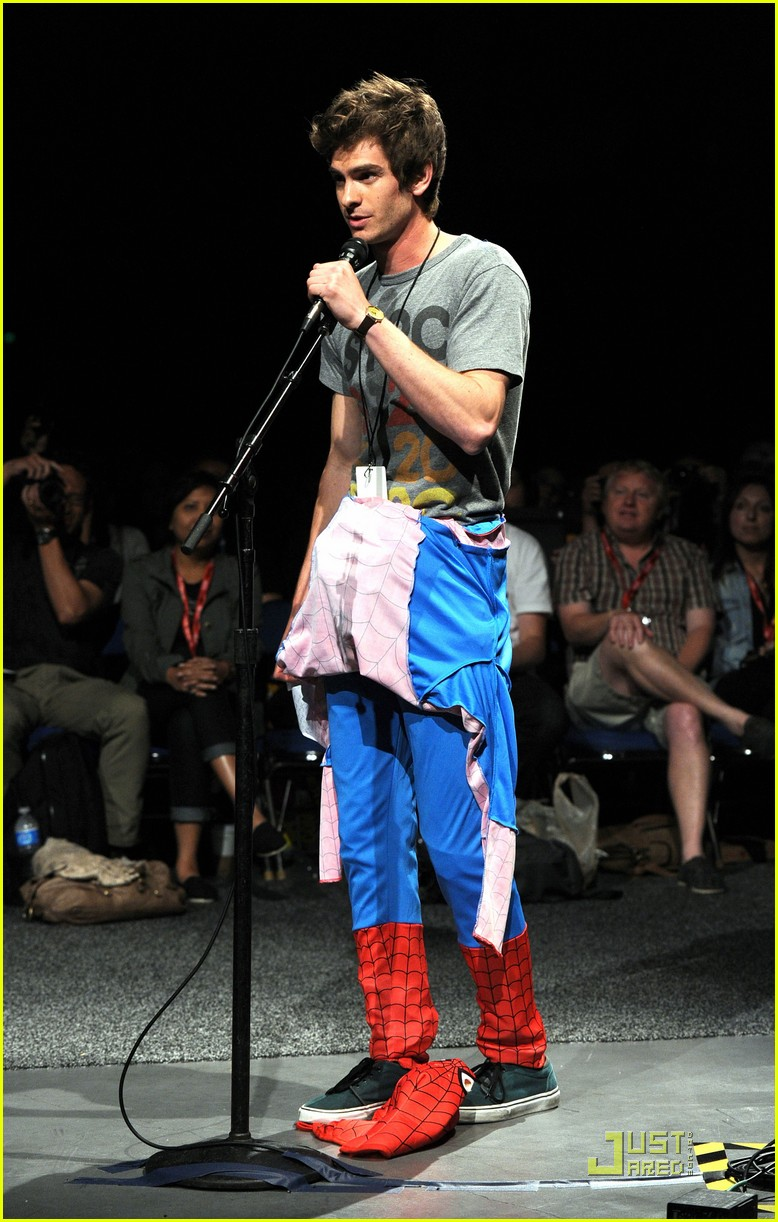 andrew garfield spidey suit at comic con with emma stone 03