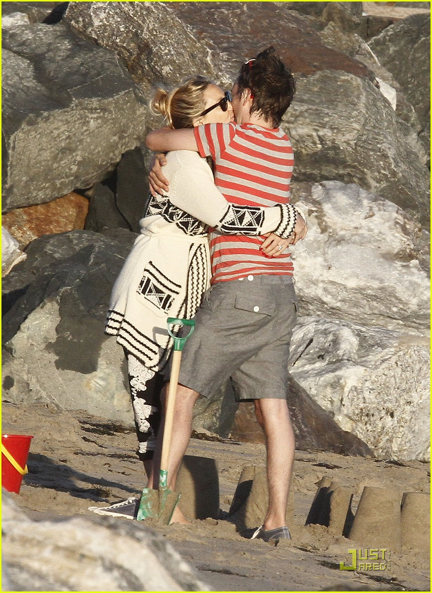 kate hudson matt bellamy beach 02