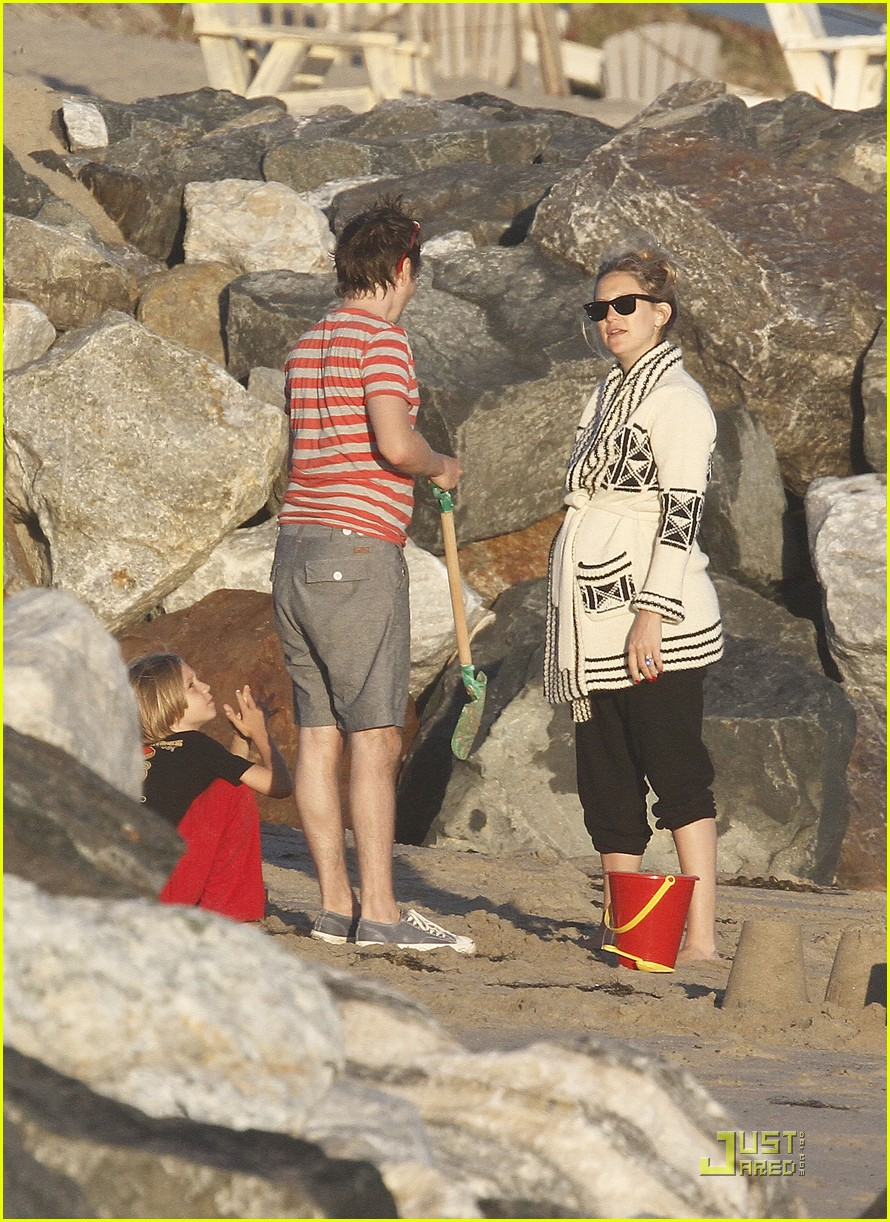 kate hudson matt bellamy beach 15