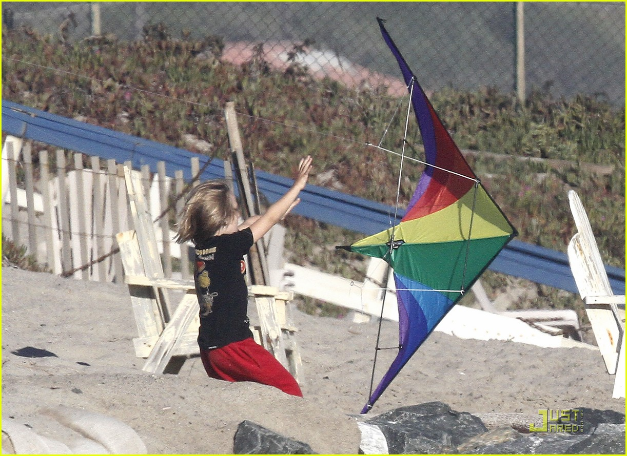 kate hudson matt bellamy beach 17
