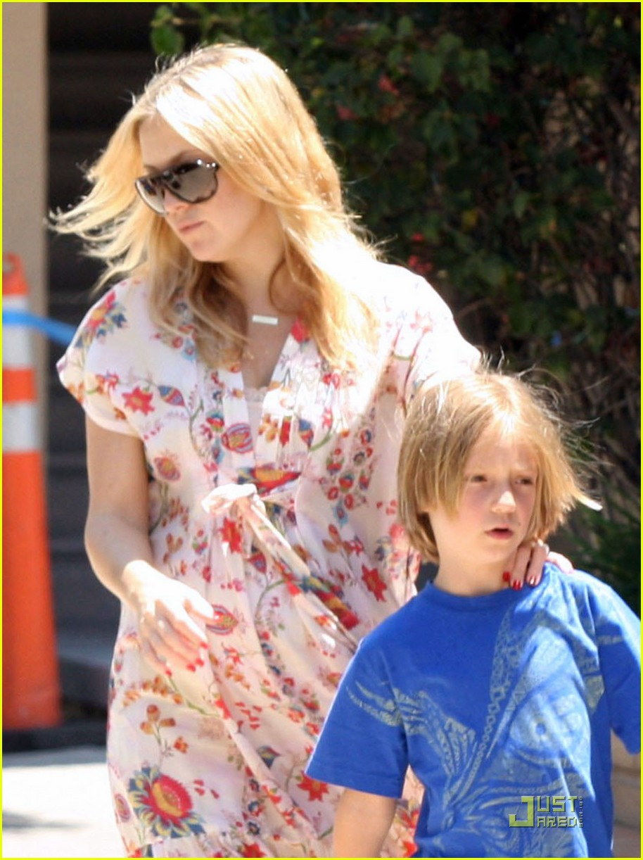 kate hudson and family lunch without bingham 06