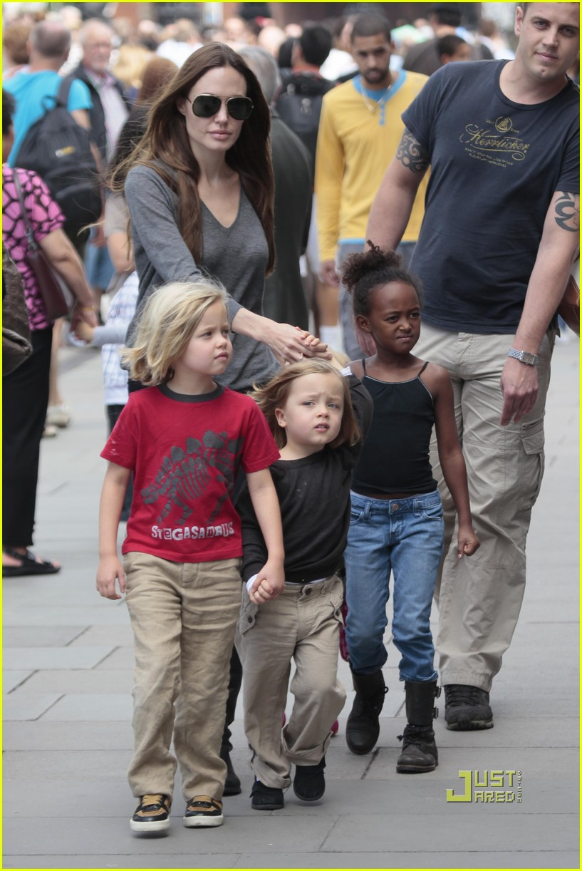 angelina jolie knox vivienne zahara shiloh london aquarium 062563601