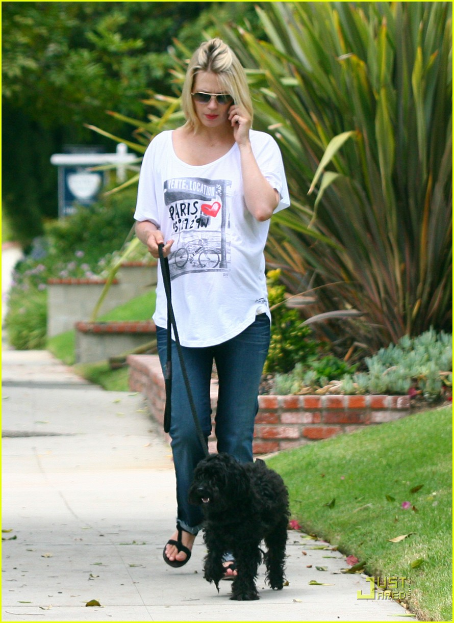 january jones walks dog 06
