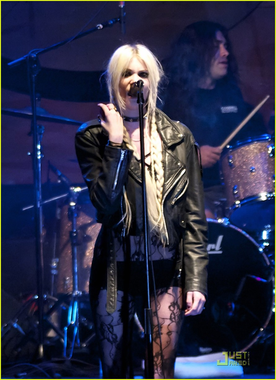 taylor momsen sala caracol with the pretty reckless 05