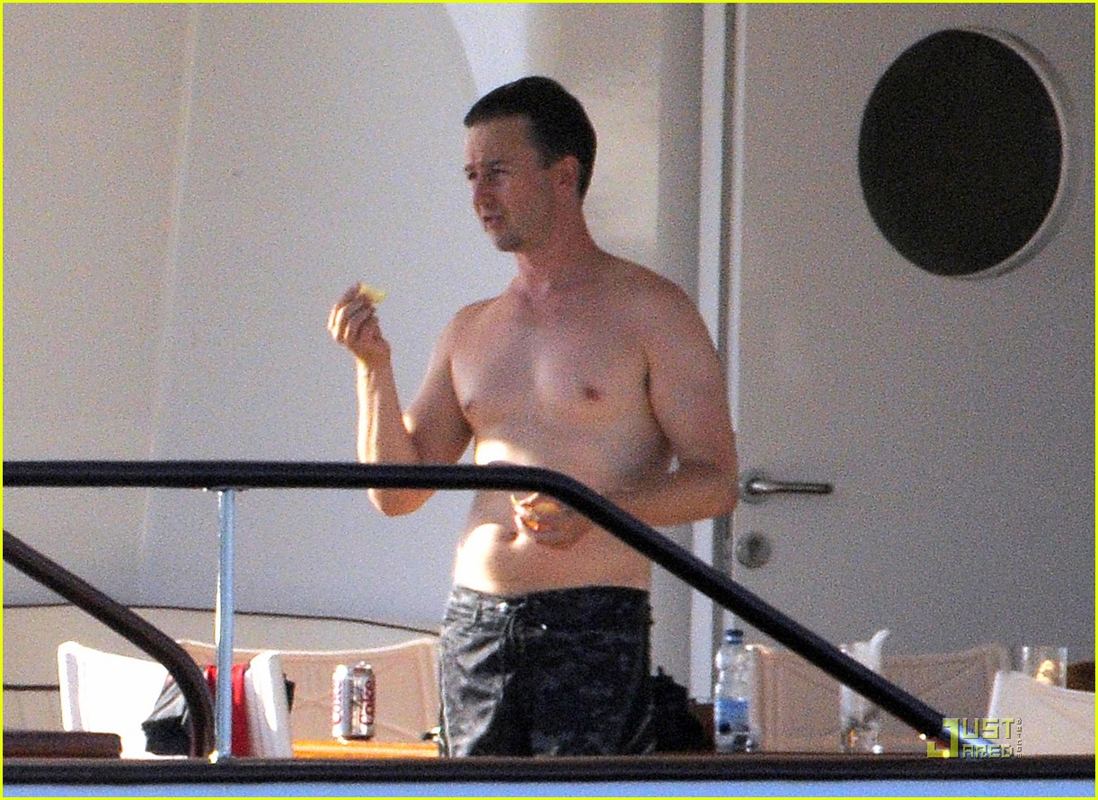 edward norton shirtless beach bod with shauna robertson 22