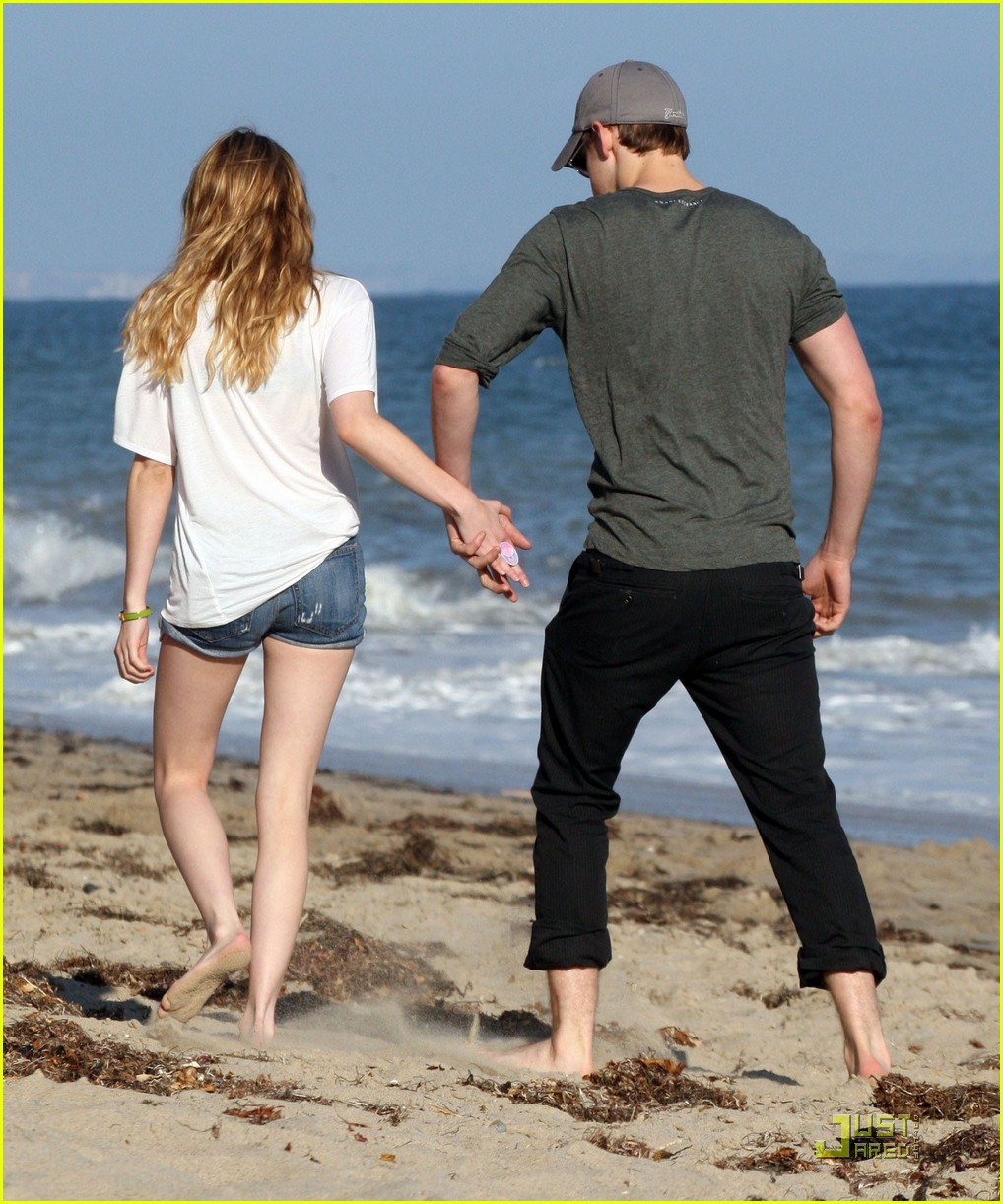 chord overstreet emma roberts holding hands on the beach 04