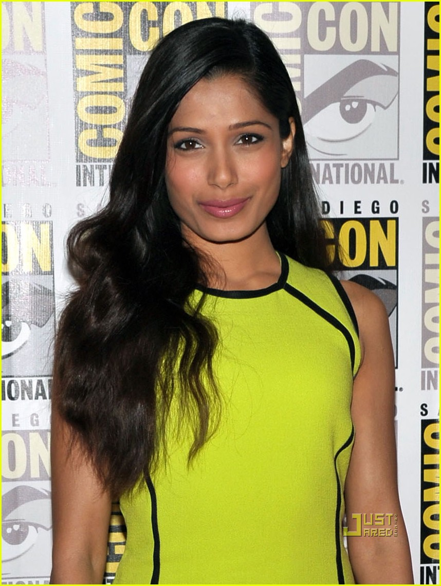 freida pinto immortals comic con red carpet 03