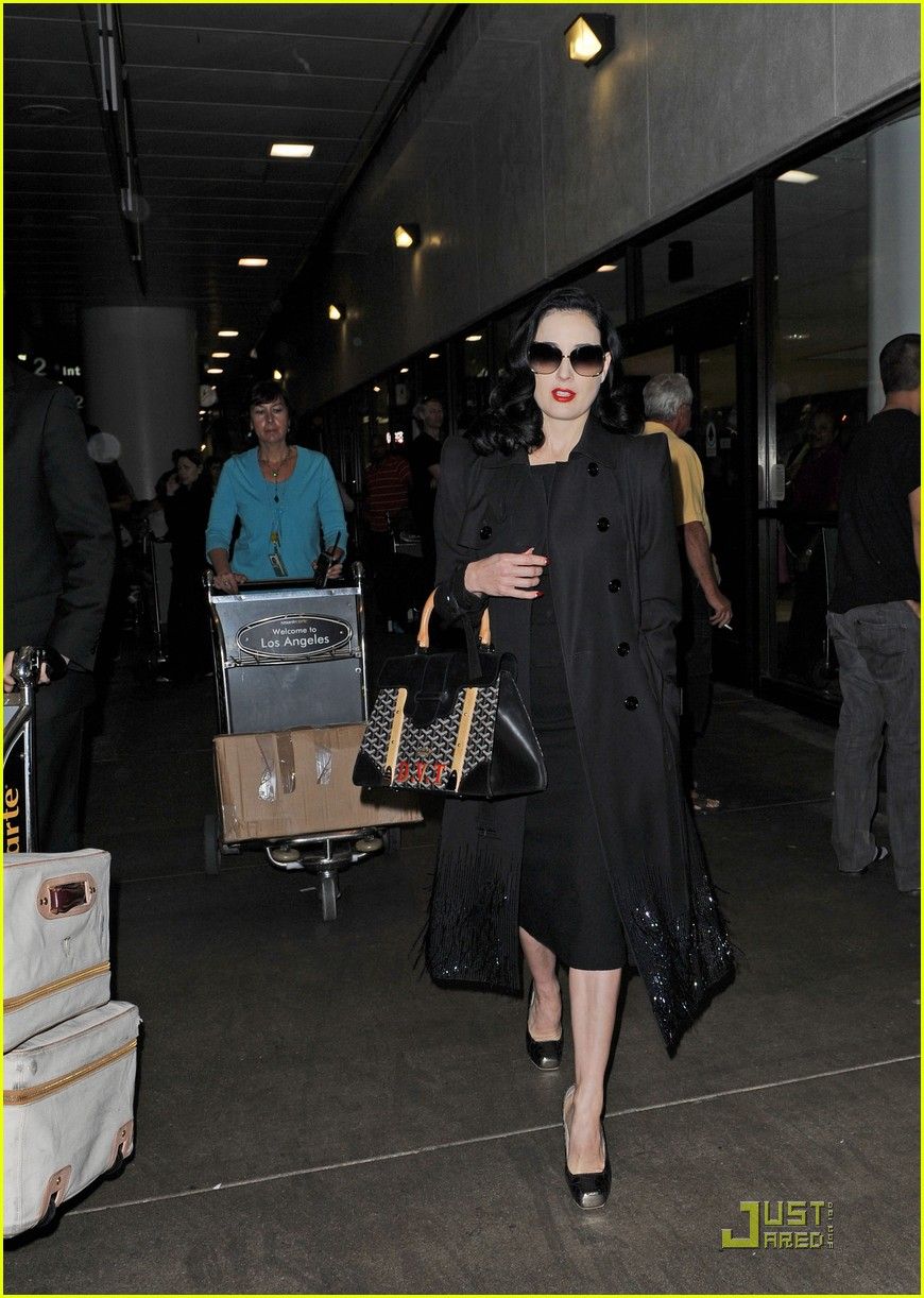 dita von teese lands in los angeles 01
