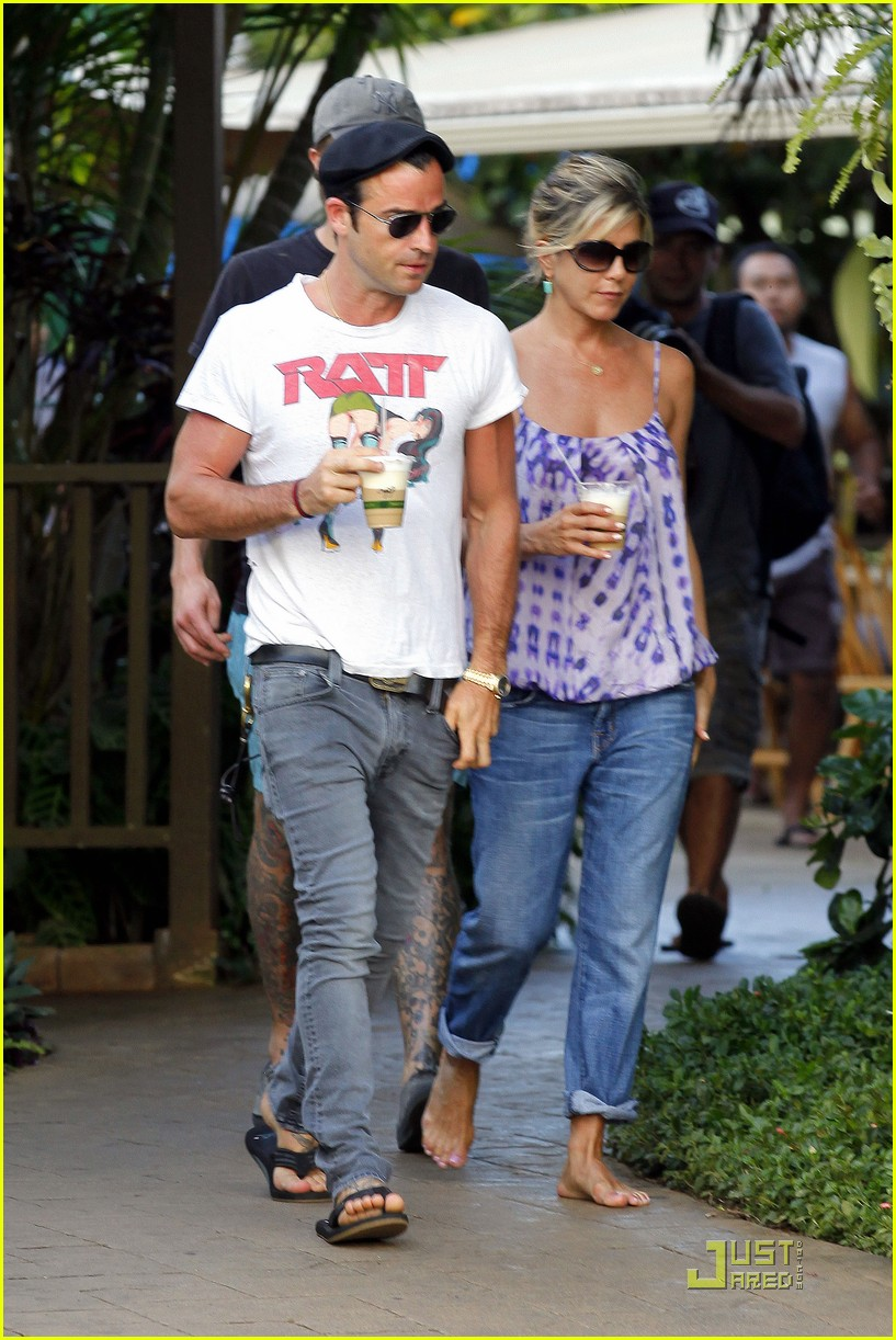 jennifer aniston barefoot in hawaii justin theroux