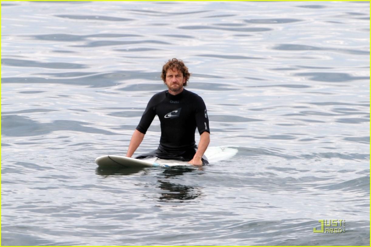 gerard butler surfing lessons shower 08