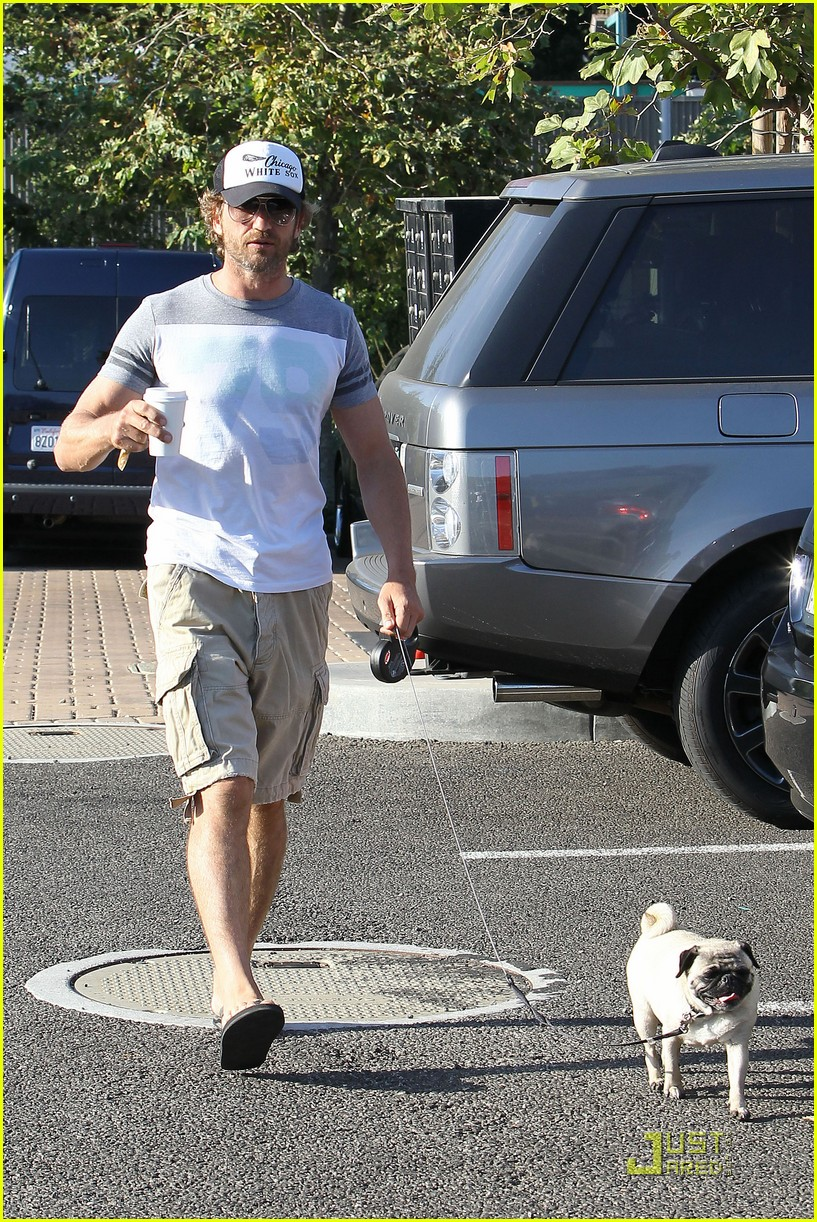 gerard butler walks pup 08