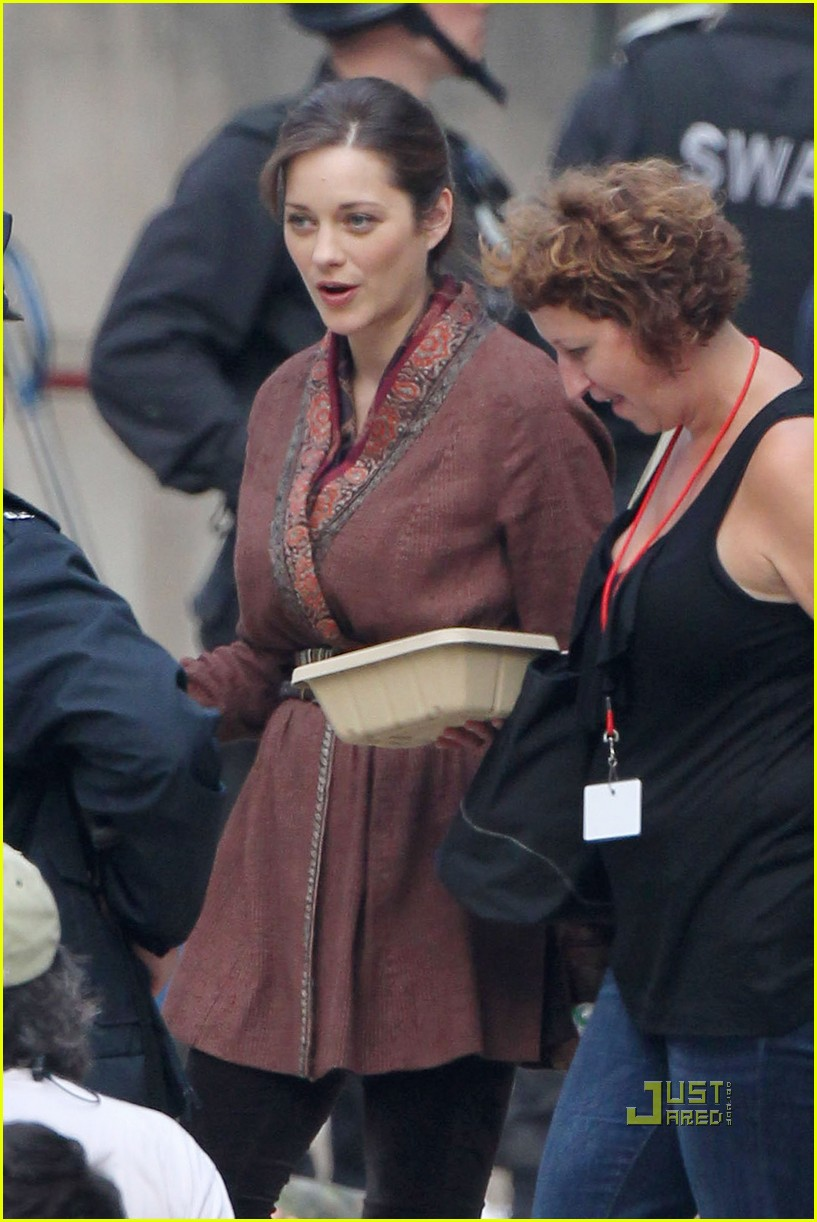marion cotillard anne hathaway dark knight rises set 01