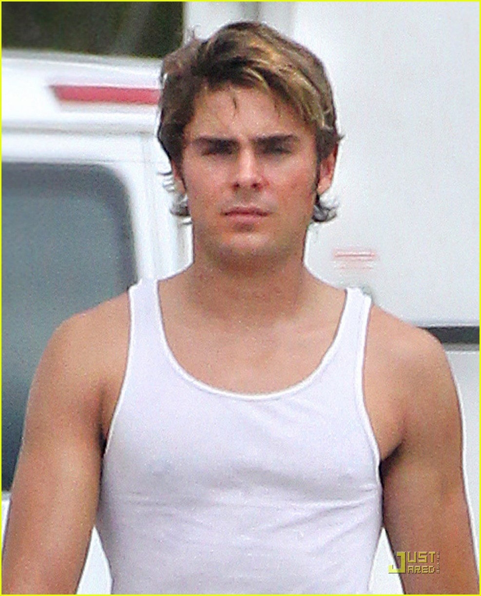 zac efron pumped up on paperboy set 03