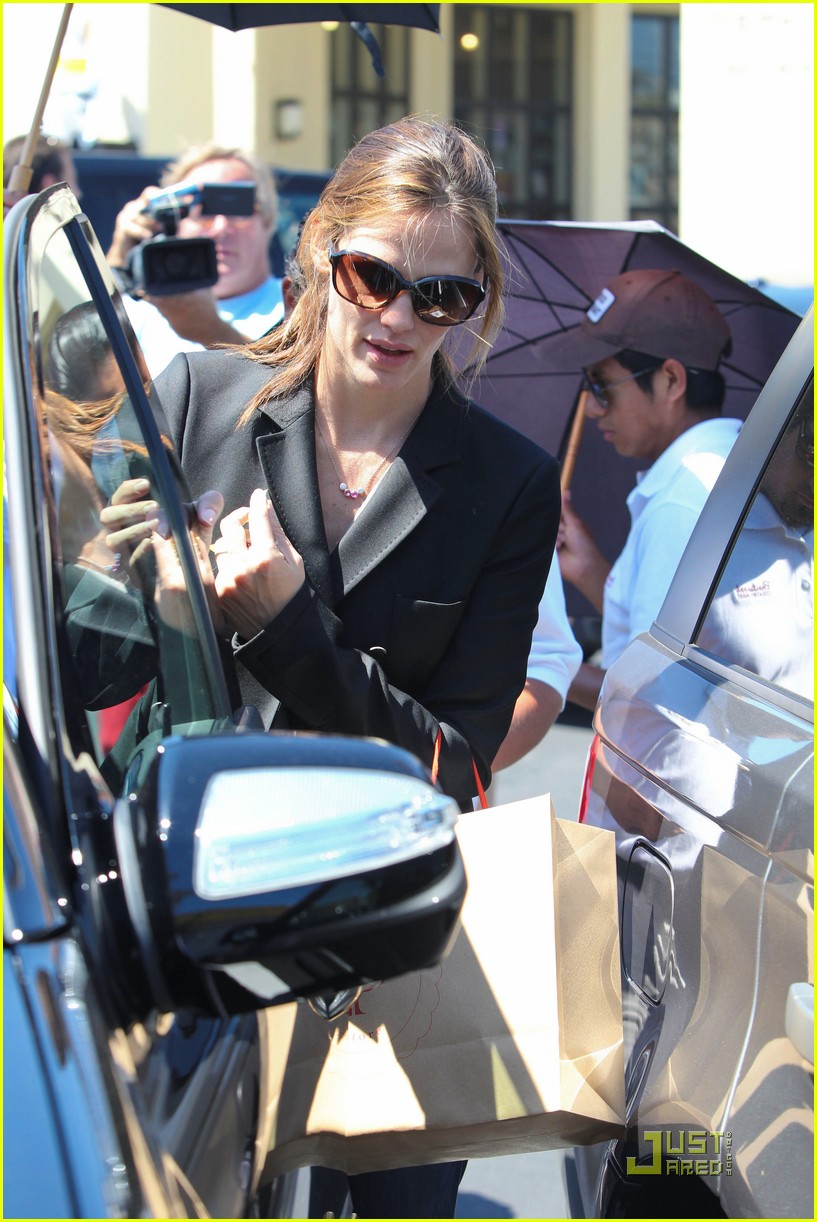 jennifer garner steps out after pregnancy announcement 05