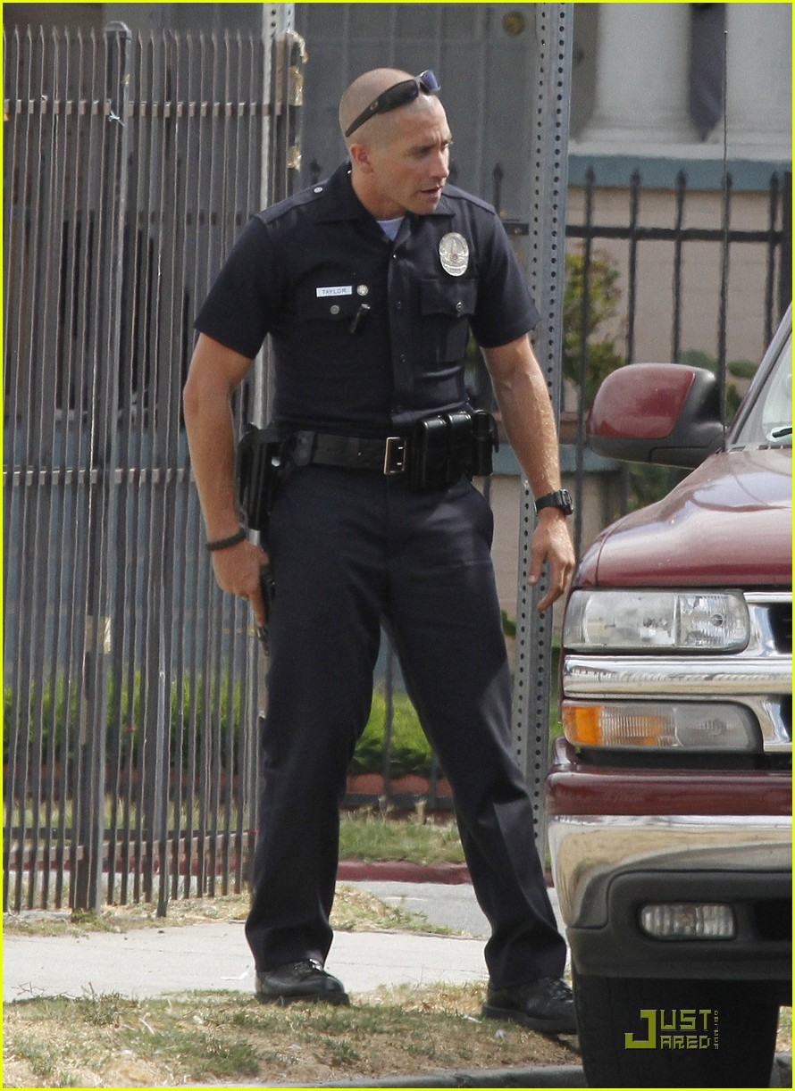 jake gyllenhaal guns out for end of watch 122566185