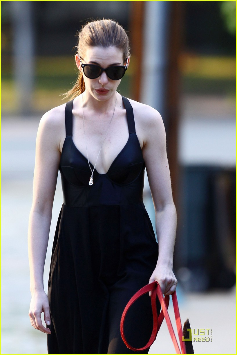 anne hathaway catwoman walks her dog 142567455