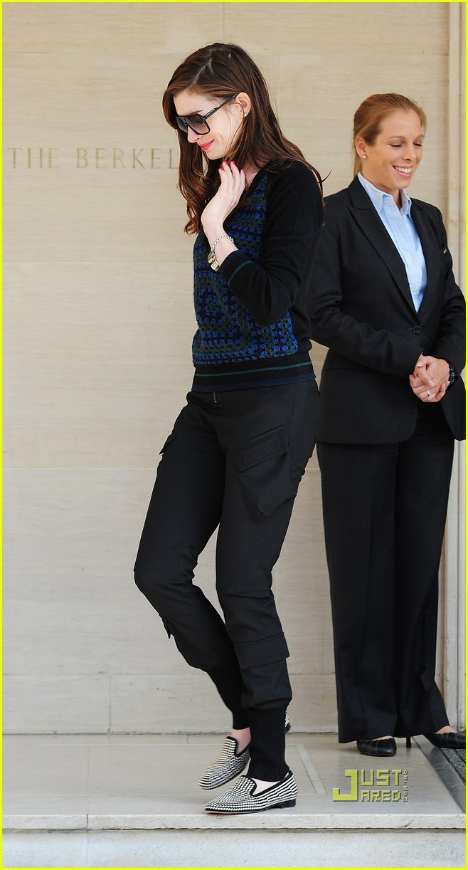 anne hathaway leaving hotel 03
