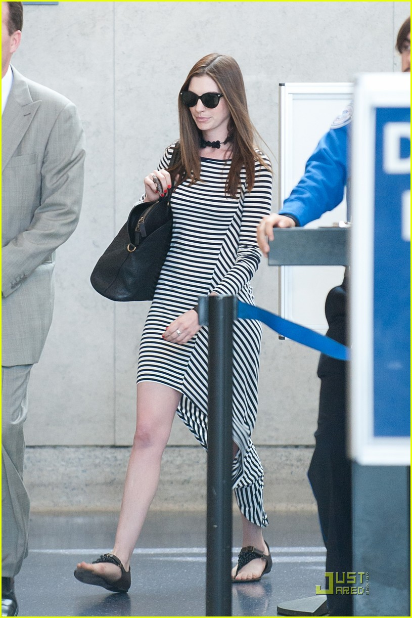anne hathaway lax arrival 03
