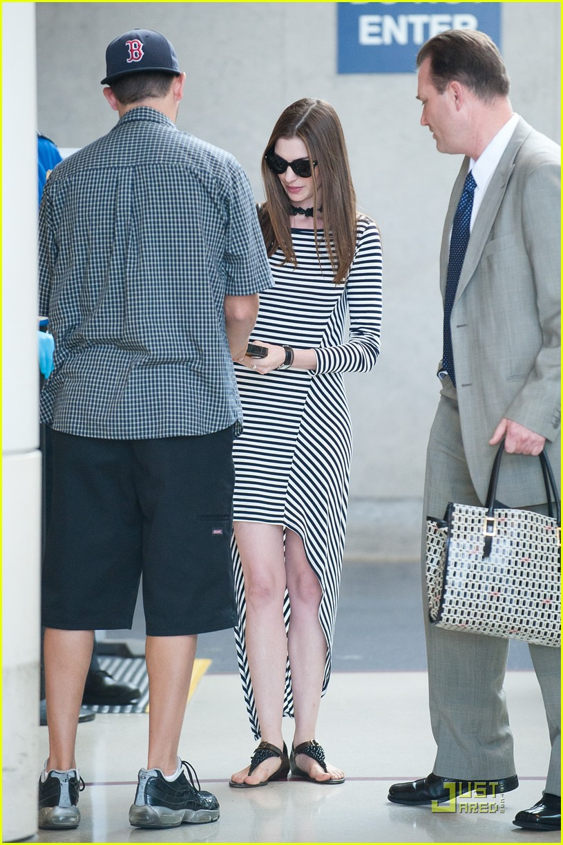anne hathaway lax arrival 06