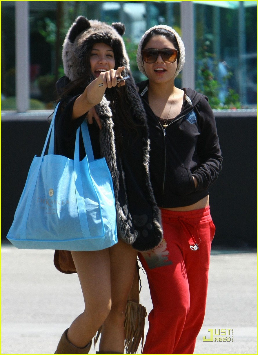 vanessa hudgens jinkys cafe with stella 02